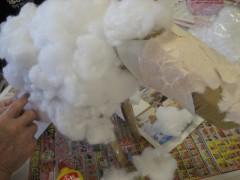 綿を丸めて貼り付けます