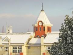 お隣の御館山小学校も雪化粧。