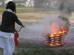 消火器を使用し消火訓練。