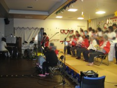 生バンドで合唱!